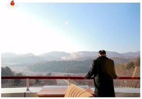 Foto: El régimen difunde imágenes de Kim Jong Un supervisando el lanzamiento del cohete (STRINGER . / REUTERS)