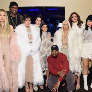 Kim Kardashian aparece con el pelo...¡rubio platino!