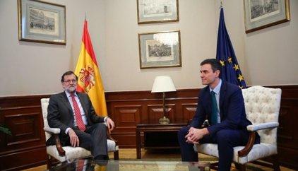 Rajoy y Sánchez no se dan la mano ante las cámaras