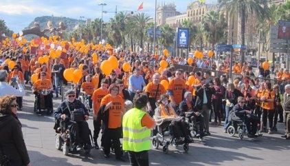 Unes 3.000 persones demanen a Barcelona més investigació contra l'ELA