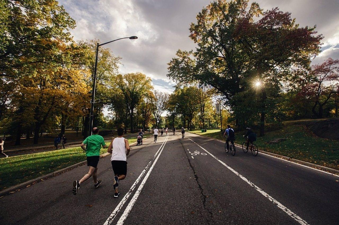 Correr. Ejercicio físico. Gente corriendo por la calle.