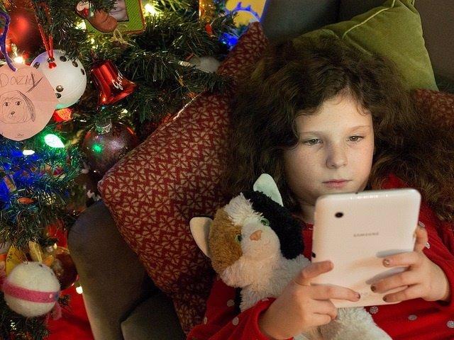 Niña, tablet, lectura.