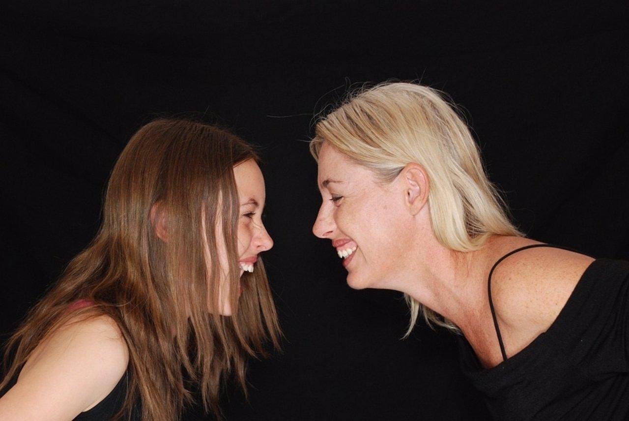 Risa. Carcajada. Madre e hija riéndose.