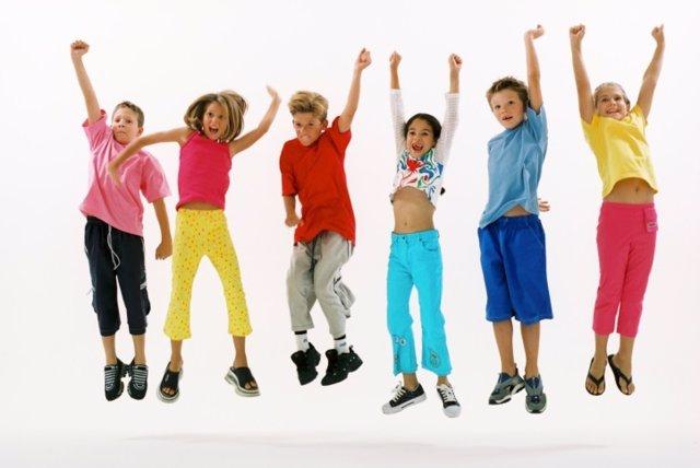 Niños saltando, bailando