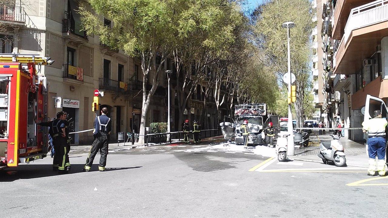 Un cami n de pinturas se incendia en el centro de barcelona - Calle borrell barcelona ...