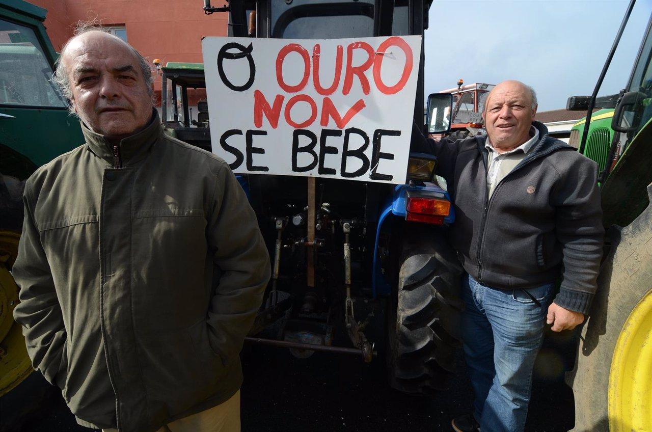 Protesta de agricultores de Bergantiños contra la mina de oro de Corcoesto