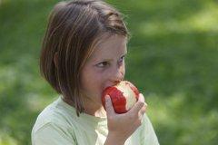 La manzana, el perfecto sustituto del cepillo de dientes tras comer fuera de casa