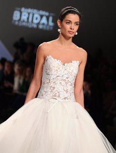 Rosa Clará abre la Barcelona Bridal Fashion Week con Joana Sanz en la pasarela