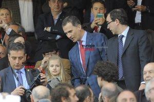 La Princesa Leonor sorprende en el Calderón con el Rey Felipe
