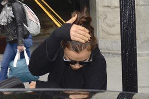 Irina Shayk trata de pasar desapercibida por Barcelona... sin éxito