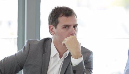 """Rivera se desmarca del 'no' de Sánchez al PP porque no se puede empezar la campaña poniéndose """"vetos"""""""