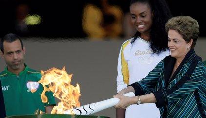 """Rousseff asegura que los Juegos serán un """"éxito"""" en la ceremonia de la llama olímpica"""