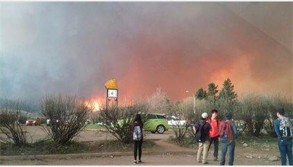 Evacuada la població canadenca de Fort McMurray a causa d'un incendi devastador