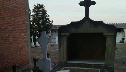 Investiguen unes tombes profanades al cementiri de Castelldans (Lleida)