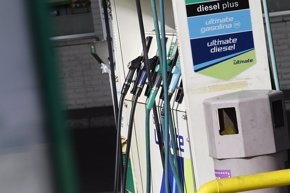 Foto: El litro de gasóleo recupera la cota del euro por primera vez desde finales de 2015 (EUROPA PRESS)