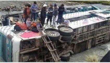 Mueren doce personas tras caer por un barranco un autobús en Bolivia