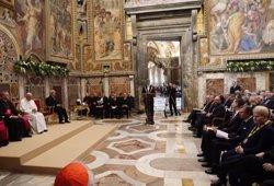 Felipe VI saluda al Papa y le regala una edición facsímil de autógrafos de Cervantes