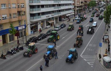 Pagesos recorren Lleida amb tractors per exigir preus justos de la fruita (EUROPA PRESS)
