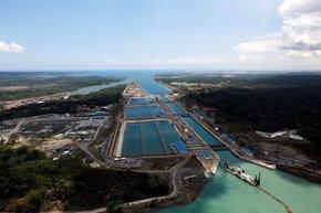 """Foto: España condecora al Ministro del Canal de Panamá por """"facilitar el entendimiento"""" durante la obra (REUTERS)"""
