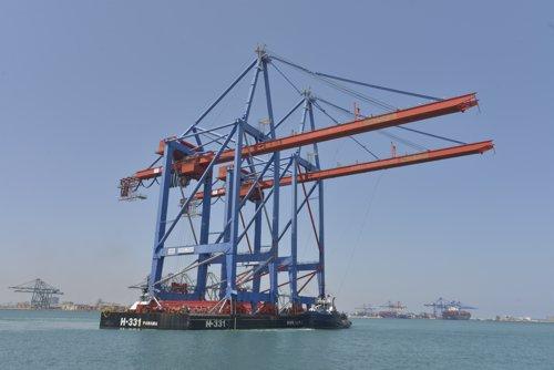 Noatum lleva tres grúas al puerto de Valencia para poder operar buques oceánicos