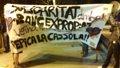 80 personas se concentran ante el 'Banc Expropiat' y golpean las puertas