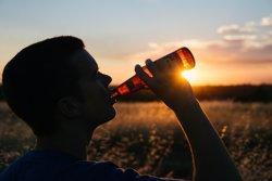 El consum moderat d'alcohol de manera prolongada provoca deteriorament cognitiu (PIXABAY)