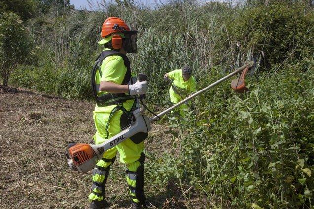 Foto: El Ayuntamiento limpia el entorno del río Bolado (AYUNTAMIENTO DE CAMARGO)