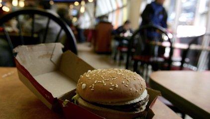 ¿Cuánto hay que trabajar en Iberoamérica para comprar una hamburguesa?