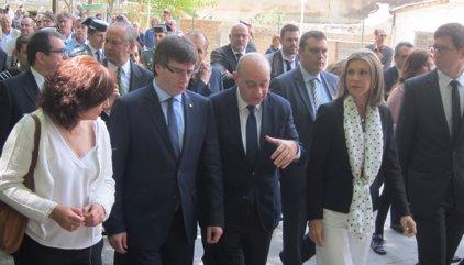 Puigdemont i Fernández Díaz homenatgen les víctimes d'ETA a Vic davant de 400 persones