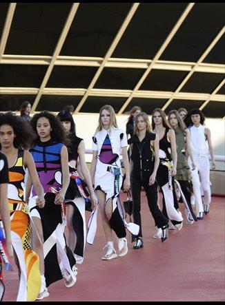 Louis Vuitton llena Río de Janeiro de colores y asimetrías con su nueva colección crucero