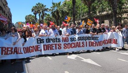 Prop de 8.000 persones es manifesten a Barcelona contra la suspensió de lleis catalanes