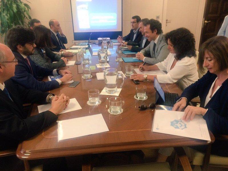 Govern y Fomento fijan la hoja de ruta para defender la tarifa plana interislas ante Bruselas