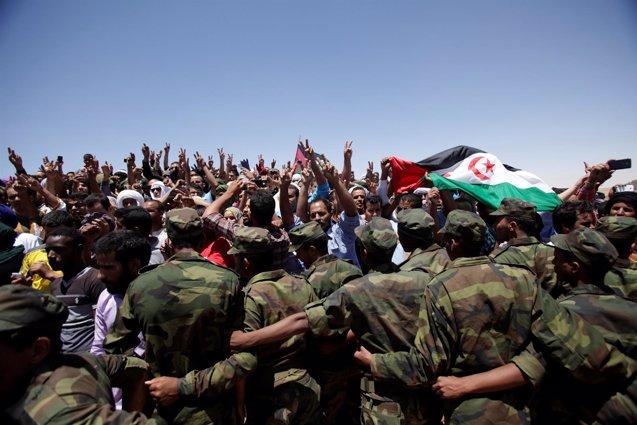 Foto: Los saharauis rinden tributo al fallecido presidente Abdelaziz en el día de su entierro (REUTERS)