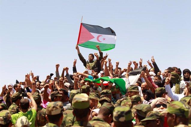 """Foto: Abdelaziz recibe sepultura en la """"capital"""" de los territorios saharauis bajo control del Frente Polisario (RAMZI BOUDINA / REUTERS)"""