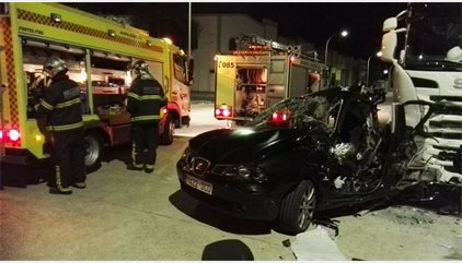 Un joven muerto y otro cuatro heridos graves tras chocar contra un trailer en Medina Sidonia
