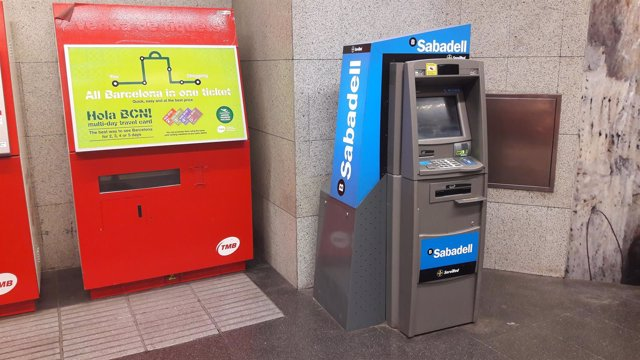 Banco sabadell despliega cajeros en el metro de barcelona for Cajeros barcelona