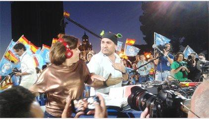 Santamaría y los vicesecretarios del PP se arrancan a bailar con DJ 'El Pulpo' en el mitin de cierre del PP