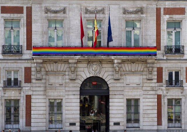 La sede de la comunidad luce la bandera arco ris con for Sede de la presidencia de la comunidad de madrid