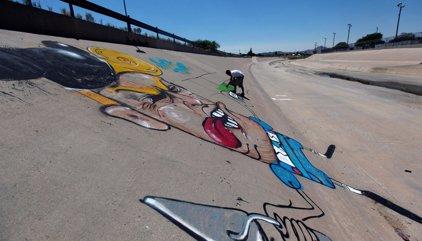 Un mural ridiculiza a Donald Trump en la frontera de México con EE.UU