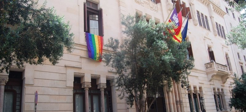 El Parlament se sumó a la conmemoración del Día del Orgullo Lgtbi con la bandera del arcoíris