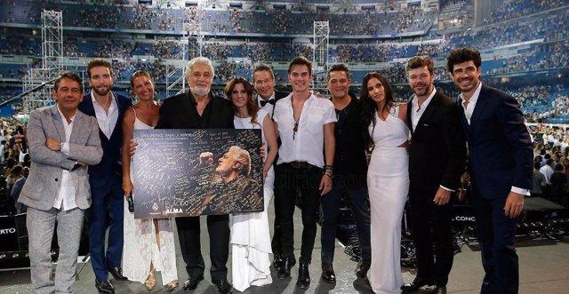 Plácido Domingo con algunos de los artistas de su homenaje