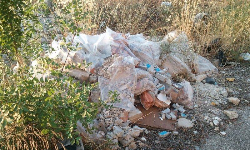 Emaya retira más de 250 toneladas de residuos abocados en 13 solares municipales