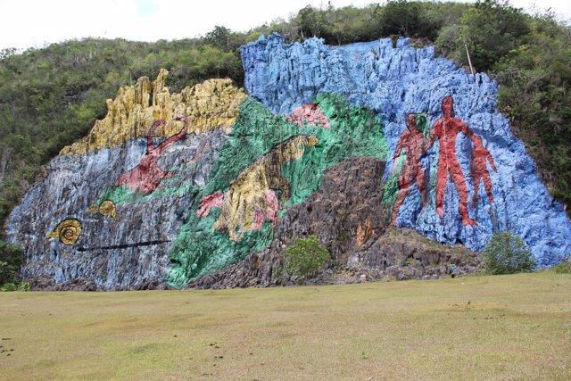 El 39 mural de la prehistoria 39 uno de los dibujos a cielo for Mural de la prehistoria cuba