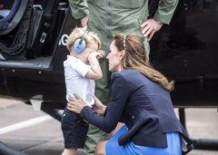 """El príncipe George """"la lía"""" junto a Kate Middelton en una visita oficial"""
