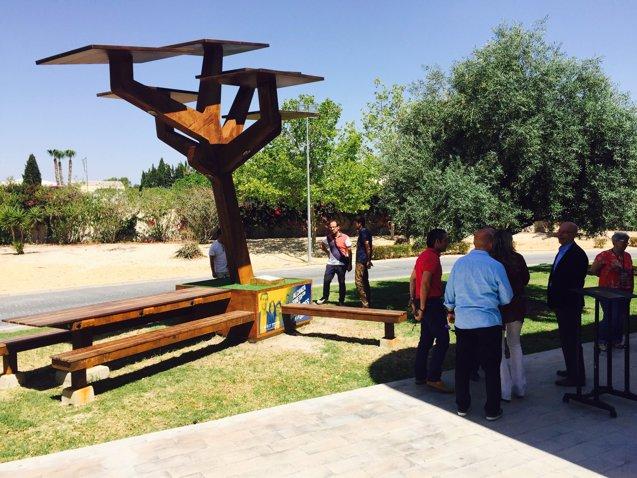 Foto: La UMH instala el primer árbol solar fotovoltáico que da acceso a internet y permite cargar el móvil (CEDIDA)