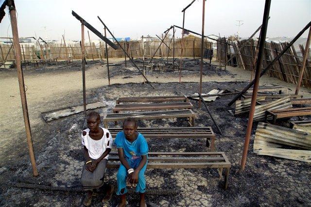 Dos niños en una escuela atacada de Sudán del Sur