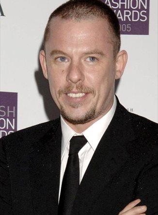 La piel de Alexander McQueen en una colección de bolsos y chaquetas