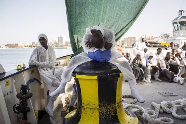 """Foto: """"Cuando el helicóptero llegó, ya había cadáveres en el fondo del bote"""" (ANNA PSAROUDAKIS/MSF)"""
