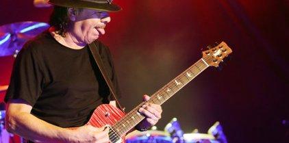 El mestre Carlos Santana brilla a Cap Roig en un concert llegendari
