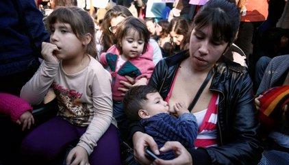 Argentina.- Decenas de mujeres argentinas amamantan a su bebés en público en protesta por prohibición esta semana